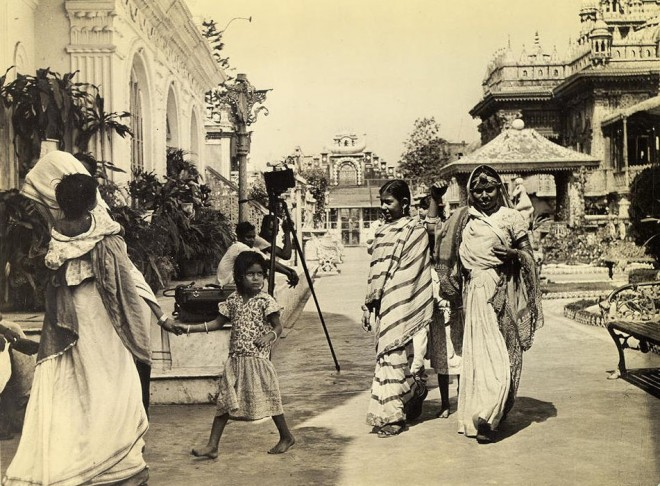 Indian_women,_dressed_in_the_native_saree,_return_from_prayer_at_Jain_Temple_in_Calcutta_in_1945
